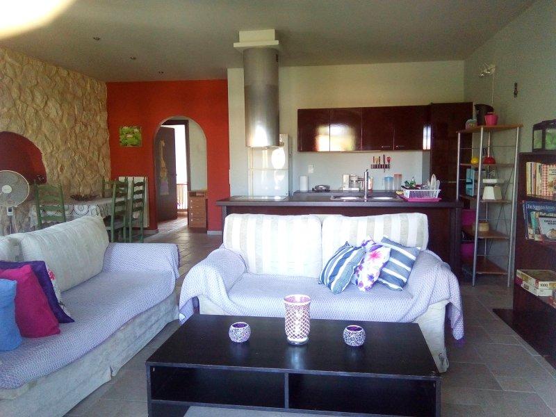 Nice house near the beach & balcony, alquiler vacacional en Agia Varvara