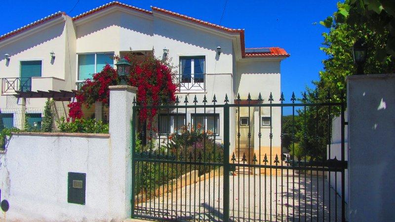 Spacious house with sea view & Wifi, holiday rental in Sao Joao das Lampas