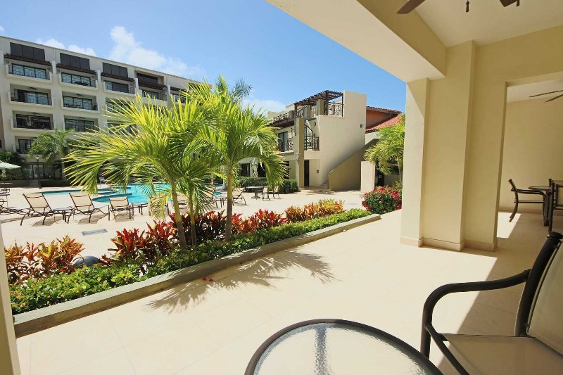 Siediti nel tuo patio e goditi la fantastica vista sulla piscina!