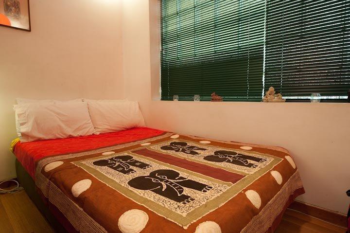 cama doble en el espacio principal