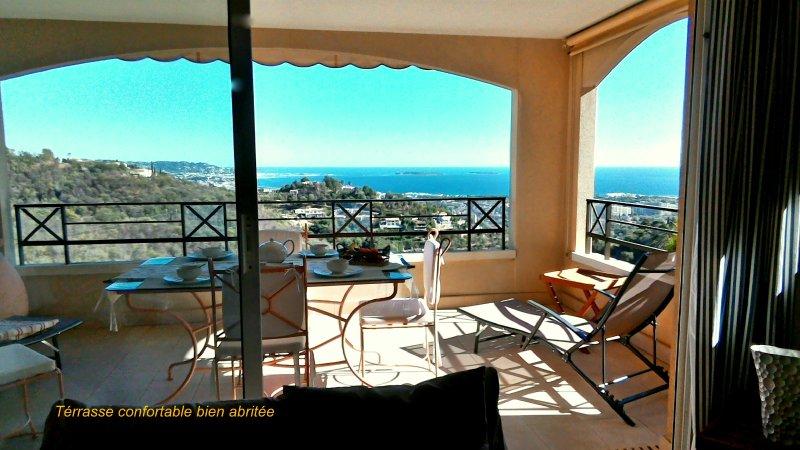 La terrasse bien abritée avec une très belle vue. The terrace well sheltered with a beautiful view