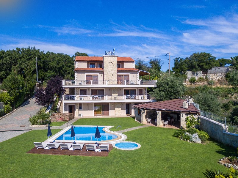 Amazing villa with swimming-pool, vacation rental in Argyroupolis