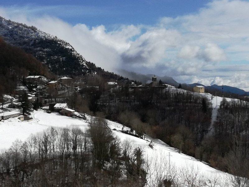 Rocabruna noyau neigeux. Situé à 100 mètres de la maison dispose de deux restaurants prestigieux