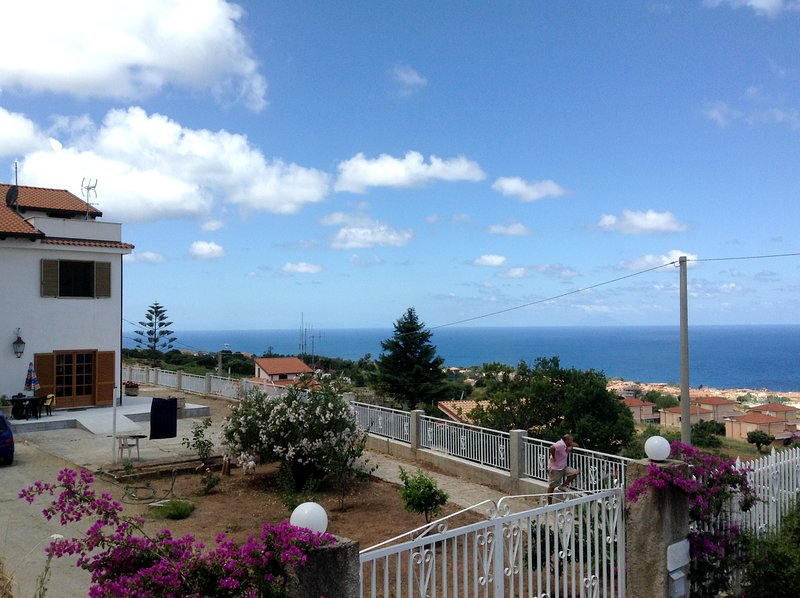 Amazing house with sea view & Wifi, Ferienwohnung in Gasponi