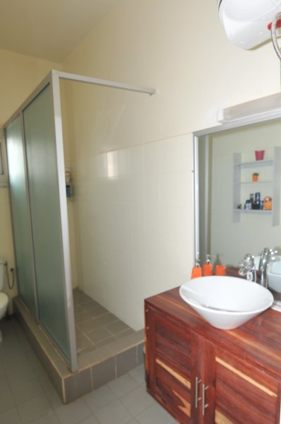 Shared bathroom for 2 rooms