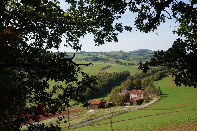le hameau du Brugas dans son écrin de verdure