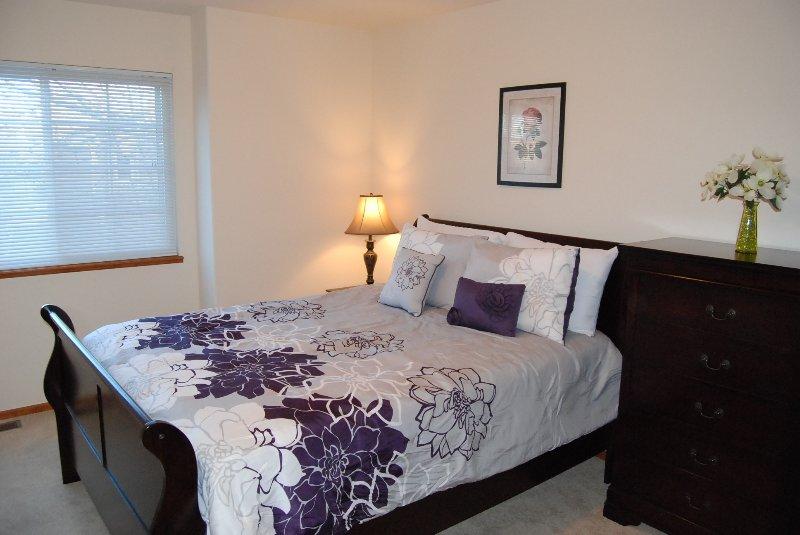 El tercer dormitorio tiene una cama de matrimonio y armario
