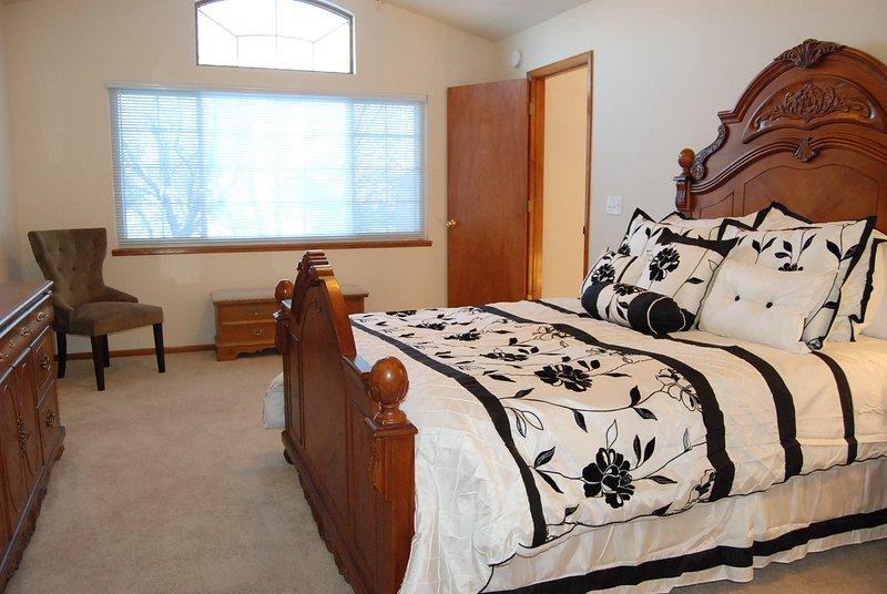 Un montón de espacio abierto en el dormitorio principal