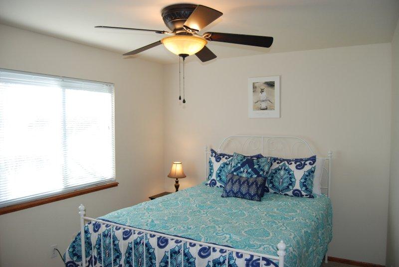 El segundo dormitorio tiene una cama de matrimonio