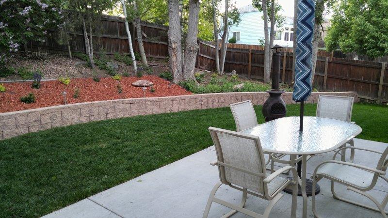 Gran patio, césped, y patio trasero abierto
