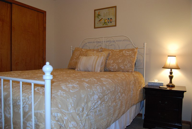 Cuarto dormitorio tiene una cama de matrimonio