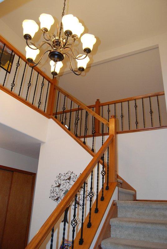 Diseño elegante escalera abierta da a la planta principal