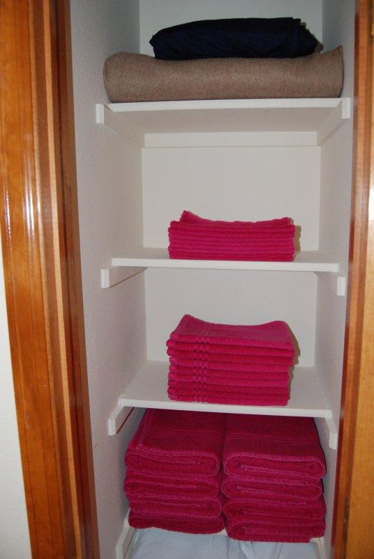 toallas cuidadosamente doblados preparados para cada huésped