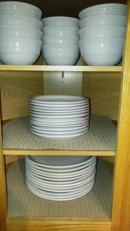 Cuencos, platos pequeños y grandes placas