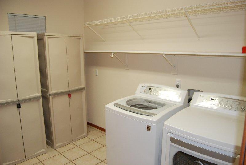 Amplia zona de lavandería en la planta principal