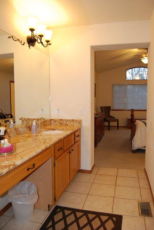 Un montón de espacio en el baño principal