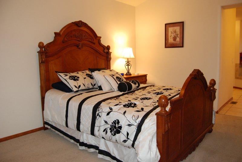 El dormitorio principal tiene una cama de matrimonio