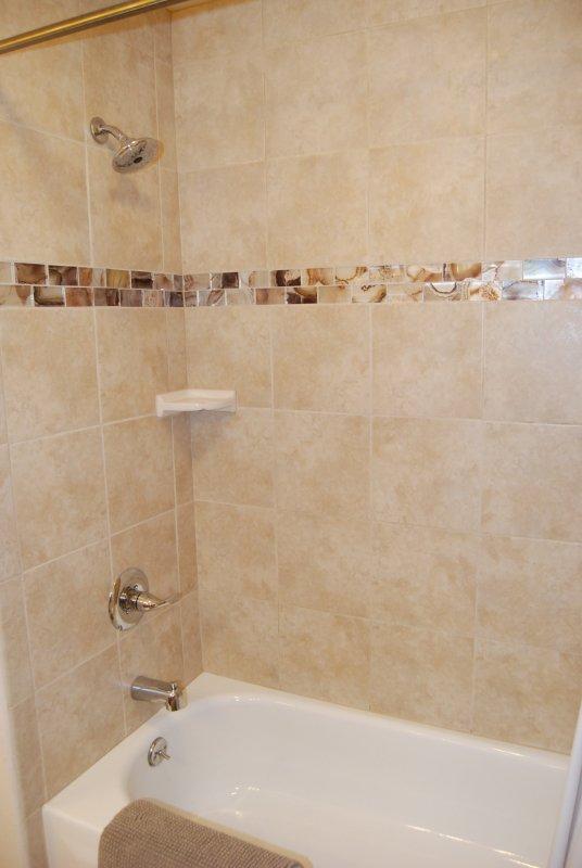 Actualizado sala de baño tiene una tina de azulejos