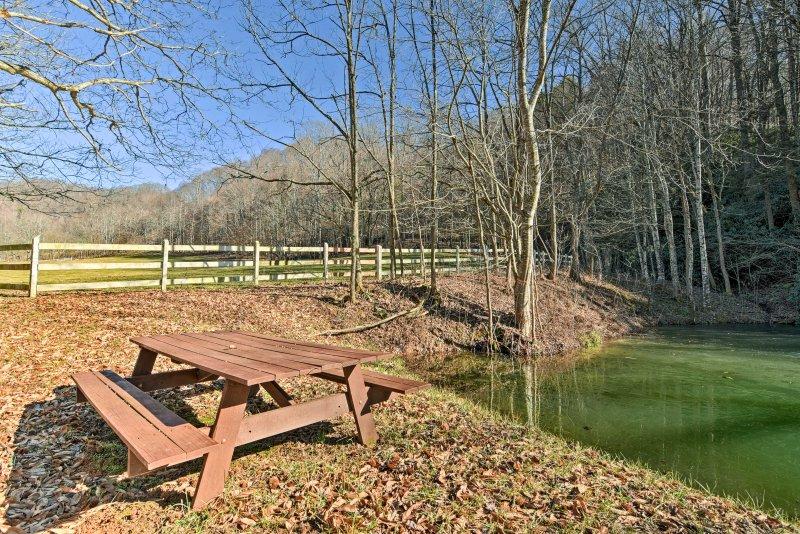 Los días de campo están destinados a ser compartidos con sus seres queridos en esta mesa al aire libre cerca del estanque.