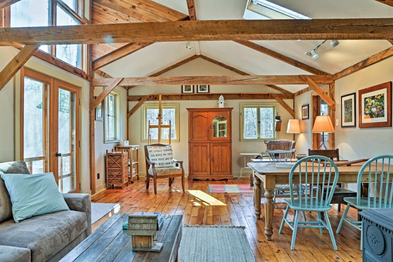 Nature's tranquility awaits you at 'Leaf Cottage,' an artsy, country 2-bedroom, 1-bath vacation rental home in Stone Ridge.