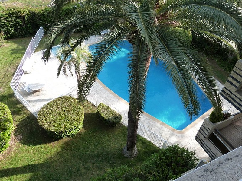 Nice apt with pool access & terrace, holiday rental in Saint-Raphael
