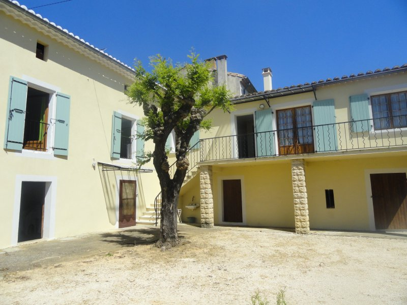 Beautiful house with garden, alquiler vacacional en Saint-Laurent-La-Vernede
