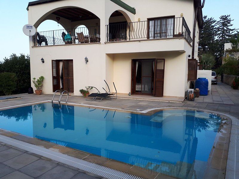 Sea Breeze Mountain Villa+ Private Pool, 4++., location de vacances à Edremit (Trimithi)
