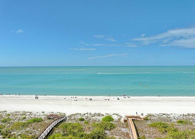 Cozy beachfront condo w/ heated pool & stunning ocean view, location de vacances à Goodland