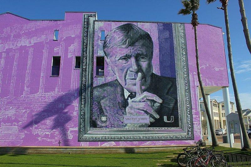 Arte de la pared en la cara del edificio central 25 de la plaza