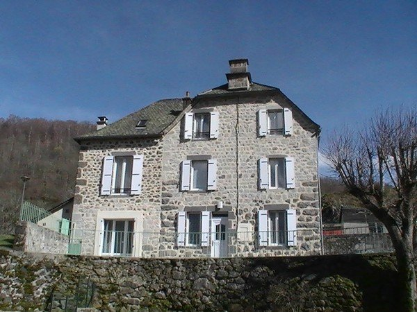 Spacious house with garden, alquiler vacacional en Saint-Flour