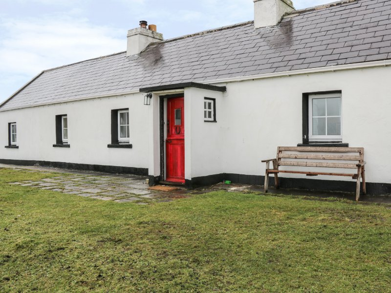 SOUND COTTAGE, pets welcome, sea view, multi-fuel stove, ground floor cottage – semesterbostad i County Mayo