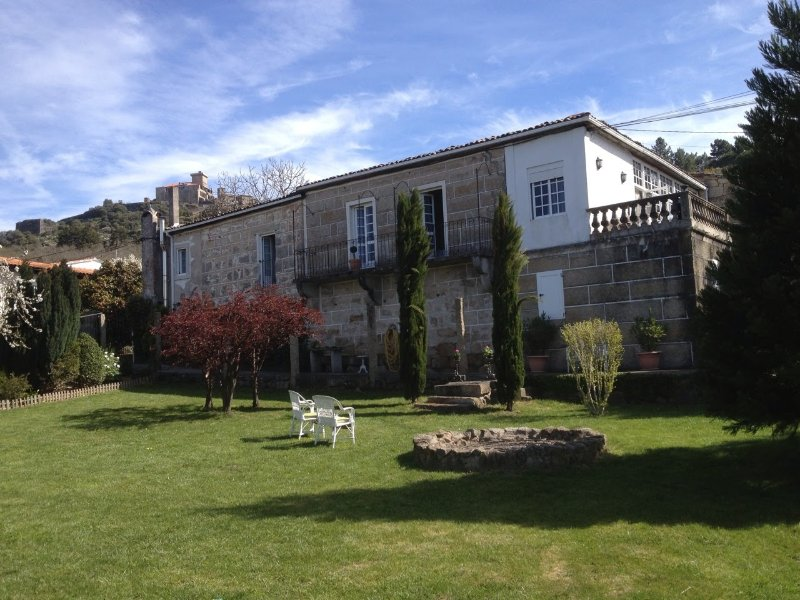 Big house with mountain view & Wifi, holiday rental in Trasmiras