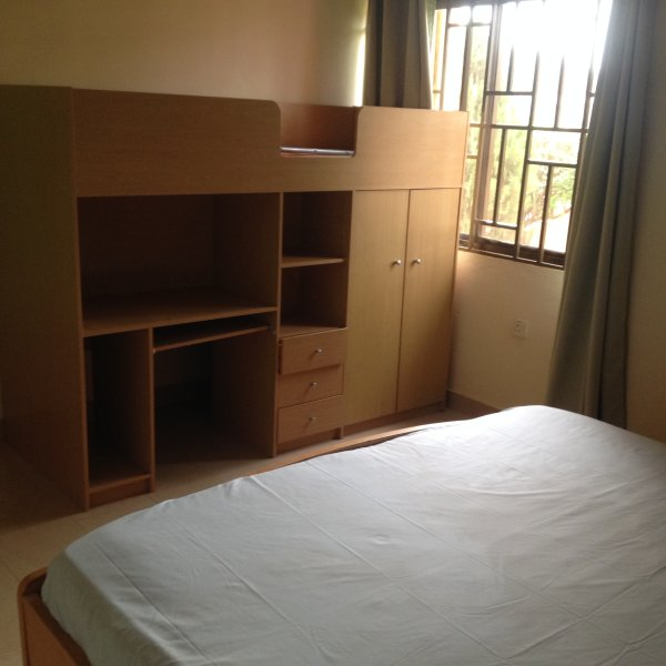 Ein Etagenbett im zweiten Zimmer, ein Kind zu schlafen