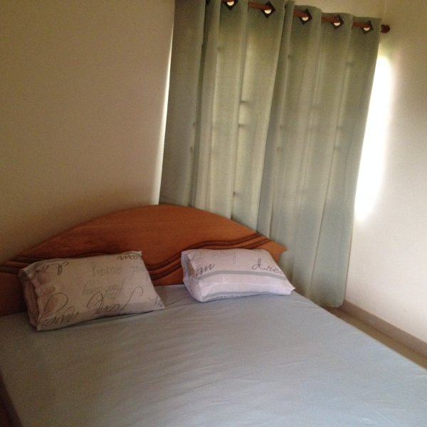 dormitorio acogedor para con una cama doble en la segunda habitación