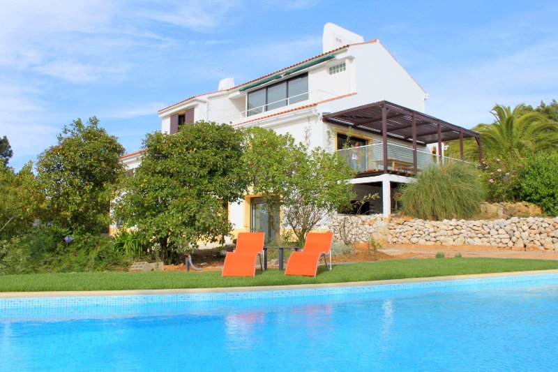 Big villa with swimming-pool & Wifi, holiday rental in Sesimbra