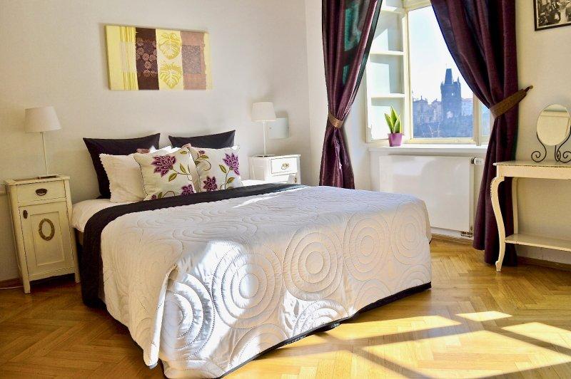 Mestre quarto com cama de casal e vista conto de fadas de Charles Bridge.