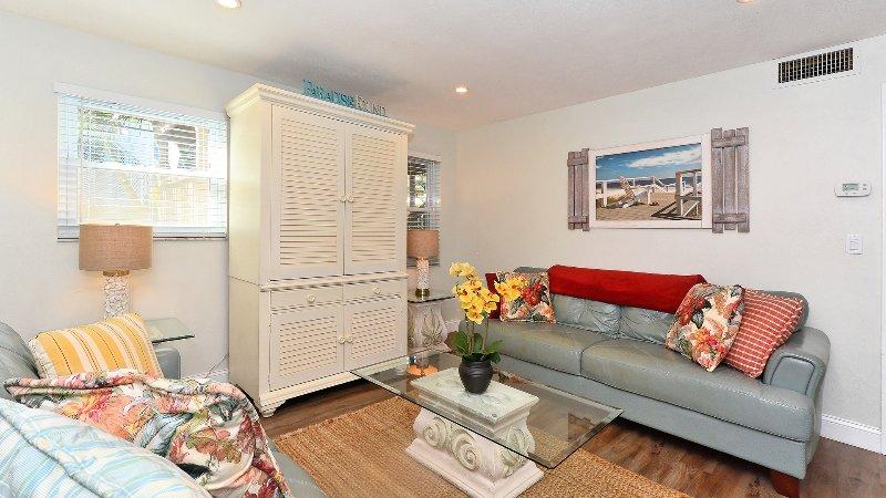 einladende Wohnzimmer mit neuen Bodenbelägen