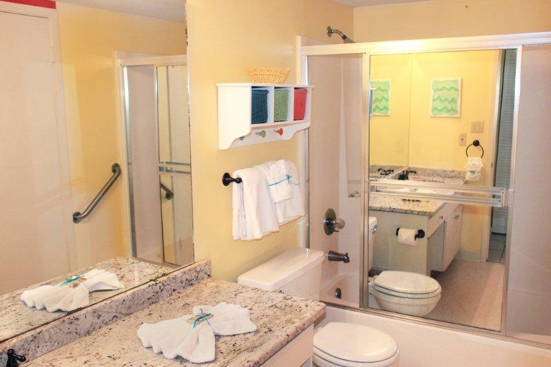 Baño de invitados en planta baja con bañera y ducha combo
