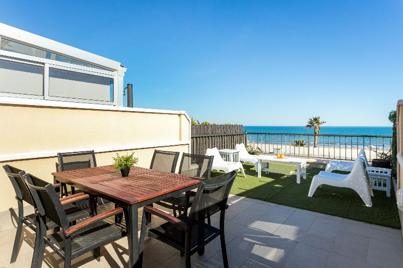 Large terrace with dining table and reposaderas. Ample terrace with dining table and sun chairs.