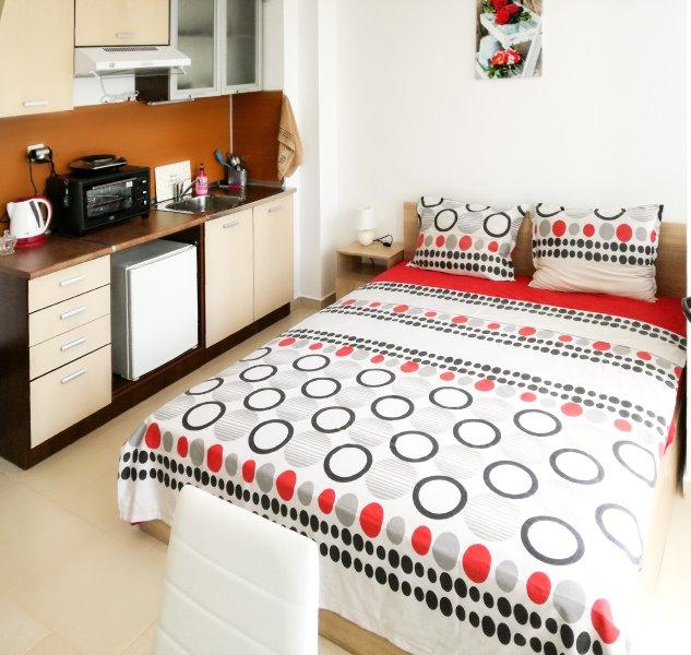 Le confortable lit et une kitchenette
