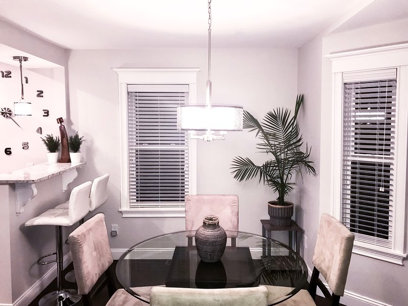 Modern Luxury Duplex Home close to Boston w/ Driveway Parking & Yard, holiday rental in Chelsea