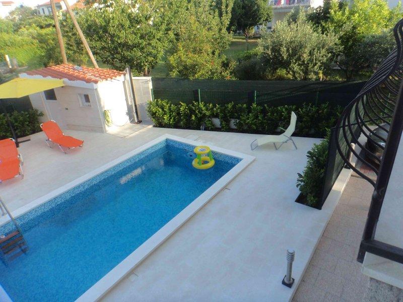 Amazing apt with shared pool & Wifi, vacation rental in Kastel Stafilic