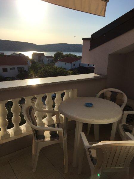 Beautiful apt with sea view & Wifi, alquiler de vacaciones en Stara Novalja