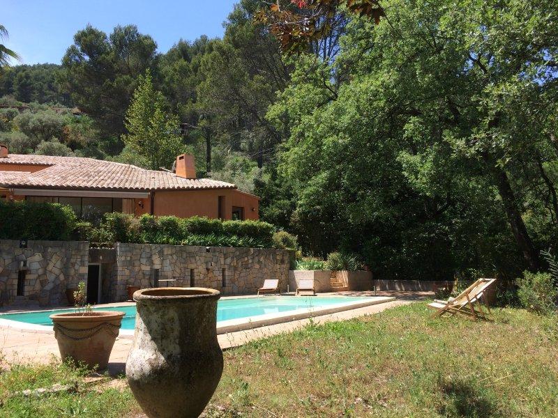 Vaste villa d'architecte, prestations de qualité, proche Hyères et plages, holiday rental in Sollies-Pont