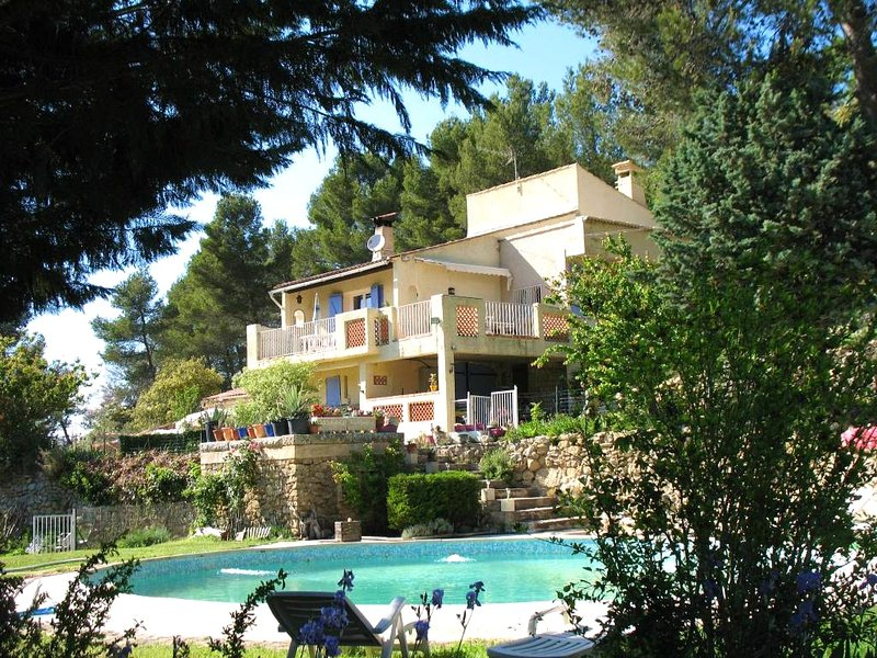 Spacious house with swimming-pool, casa vacanza a Peyrolles-en-Provence