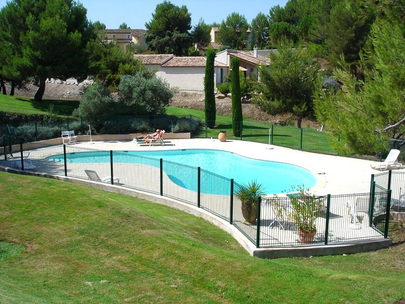 Spacious house with pool access, holiday rental in Alleins