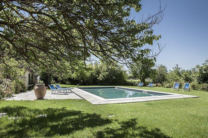 San Martino Villa Sleeps 6 with Pool Air Con and WiFi - 5228389, holiday rental in Serre di Rapolano