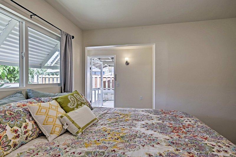 Schlaf wird kommt leicht mit einer Fülle von natürlichem Licht und Plüsch Queen-Bett!