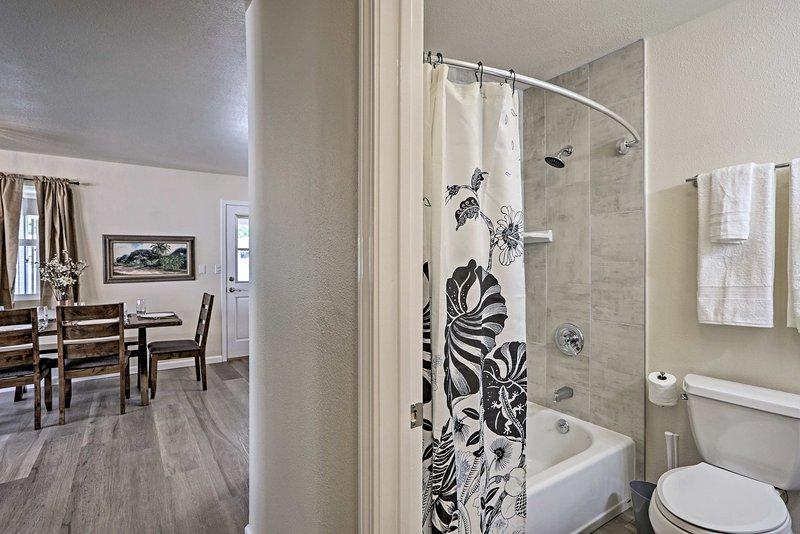Spülen Sie den Tag in der Dusche / Wanne-Kombination aus.