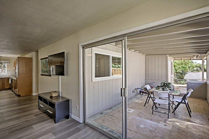 Schritt zur geräumigen Veranda und in diesem ruhigen Raum entspannen.
